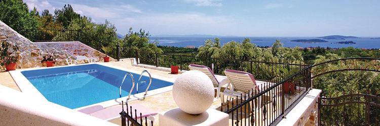 Moderne Villen und Ferienhäusern in unmittelbarer Nähe von Sandstränden, umgeben von Olivenhainen und Inseln in Dalmatien