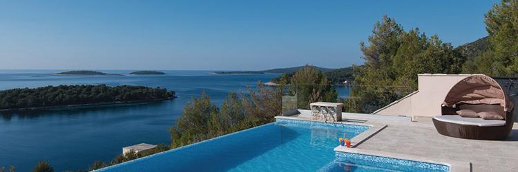 Mediterrane Steinarchitektur und modern eingerichtete Villen und Ferienhäusern auf kroatischen Inseln